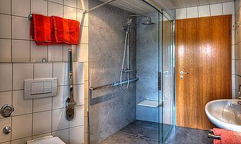 """Unser generalsaniertes und barrierefrei umgebautes Bad im Apartment im Erdgeschoss. Aus den gegebenen Platzgründen nicht nach DIN-Norm für Rollstuhlfahrer, aber für viele mobilitätseingeschränkte Personen nutzbar. Die Breiten sind für einen Rollifahrer aber ausreichend. Die Datenaufnahme für unsere Barrierfrei-Zertifizierung """"Reisen für alle"""" ist auch schon erfolgt."""